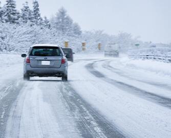 積雪した高速道路の写真